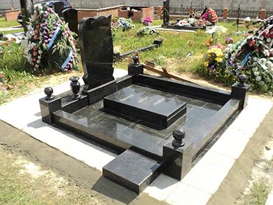 Мемориальный комплекс на могилу из литьевого мрамора